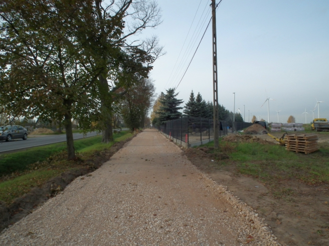 Działka przylegająca do drogi krajowej wyznaczona pod pas pieszo-jezdny, w trakcie budowy jezdni tłuczniowej.